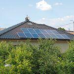 Bez kvalitnej rekuperácie pasívny dom nepostavíte. Rekuperačná jednotka od najlepšieho výrobcu v tejto oblasti je umiestnená v strede stavby. Na pohon počas dňa jej stačí energia z fotovoltických panelov na streche.