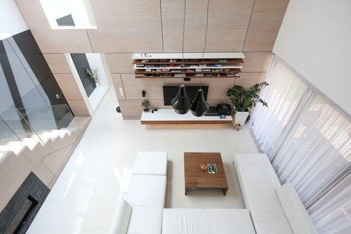 Efektné zvýšenie. Logika, jednoduchosť a elegancia, ktoré charakterizujú exteriér domu, pokračujú aj v jeho interiéri. Tam, kde vidno zo záhrady na jednoduchej bielej stavbe stúpajúcu strechu, je v interiéri efektne zvýšená denná zóna.