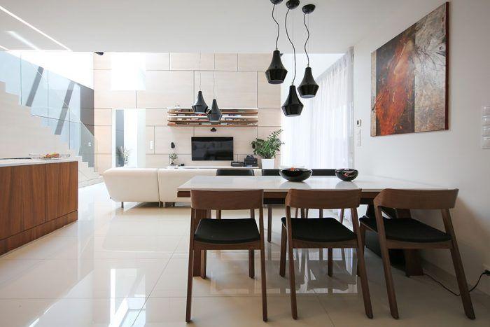 V čistom interiéri s bielym základom vynikajú atypické nábytkové prvky vyrobené na mieru a solitéry s elegantným dizajnom.