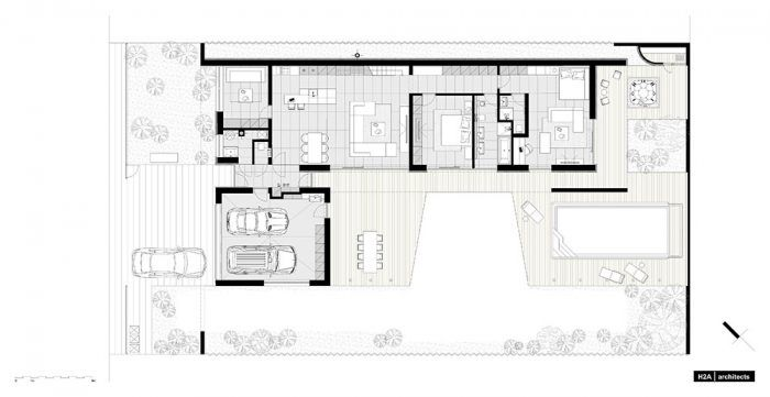 Pôdorys Dispozícia domu je rozdelená na dve logické časti – v dlhšom ramene pôdorysného L sú obytné priestory, v kratšom garáž. Medzi nimi sa nachádza vstupná chodba, z ktorej sa vchádza do technickej miestnosti s práčovňou a toalety. Chodba zároveň sprístupňuje záhradu a garáž, priamo tiež nadväzuje na hlavný denný priestor. Z toho je prístupná izba hostí a chodba, ktorou sa dostáva do nočnej zóny domu. Jednotlivé miestnosti sú radené za sebou a každá má možnosť prepojenia s exteriérovou terasou.