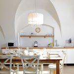 Na jedálenský stôl dopadajú lúče slnka z malého dvora hneď oproti a dodávajú priestoru optimizmus.
