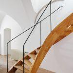 Točité drevené schodisko s jemným kovovým zábradlím realizoval na mieru šikovný drevár a sochár v jednom podľa návrhu majiteľov.