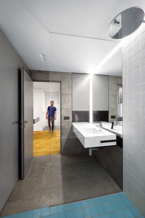"""Dokonalé využitie priestoru tu umožnil zaujímavý nápad – priechodný """"walk-in"""" sprchovací kút, cez ktorý sa dostanete k vani. Kúpeľňa tak ostala vzdušná a zmestila sa do nej vaňa aj naozaj veľkorysý sprchovací kút, oboje umiestnené v duchu logiky používania."""