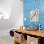Nábytok v kúpeľni je vyrobený na mieru, dovezené umývadlá sú z lávového kameňa z ostrova Bali.