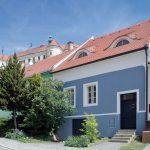 Dom je jedným z najstarších v Mikulove a nachádza sa v historickej židovskej štvrti. V pozadí sa v tesnej blízkosti vyníma známy Mikulovský zámok.