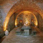 V podzemných priestoroch sa zachovala pivnica. Bodové svetlá sú frézované do pieskovca, s možnosťou stmievania intenzity svetla. Historické tehly sú signované s označením HD 1890.
