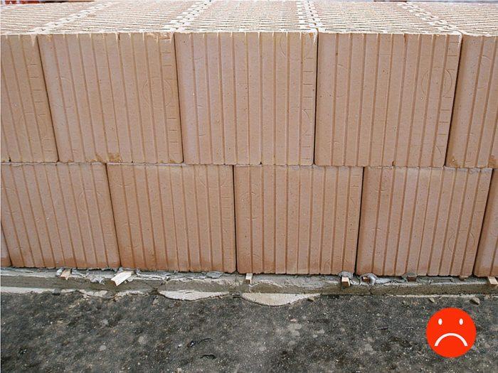 Prvý rad tehál musí byť po uložení dokonale rovný, bez výškových rozdielov medzi tehlami. Občas sa na stavbe stretneme aj s takýmto riešením – tehly v prvom rade sú podložené malými drevenými klinmi. Inak je murivo z vonkajšej strany vo vzduchu.