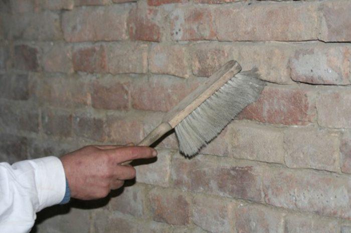 2. Povrch dôkladne očistíme od prachu a zvyškov pôvodných omietok a malty.