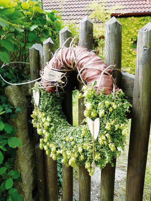 Všetok materiál, ktorý vyprodukuje záhrada, dokáže šikovná majiteľka tematicky a vkusne spracovať. Z návštevy záhrady si tak môžete domov odviesť spomienku v podobe krásnych záhradných vencov alebo inej netradičnej dekorácie.