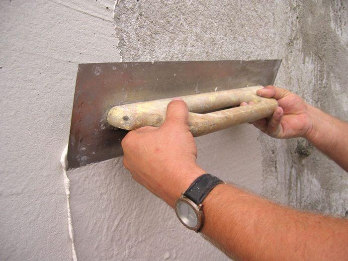 8. Na suchý alebo navlhčený jadrový podklad nanesieme hladidlom z nehrdzavejúcej ocele sanačnú štukovú jemnú omietku a po jej vyzretí vhodnú finálnu úpravu.