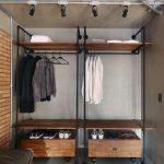 Odvážnou alternatívou k tradičnej skrini je tu šatník, v ktorom je prakticky využitá kovová konštrukcia.