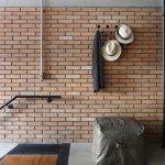 """""""Aby sa podčiarkla kontinuita, majú napríklad viaceré textílie rovnaké odtiene sivej ako betónová podlaha."""" Simone Saccab Vianna, architektka"""