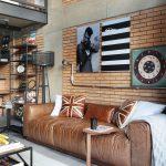 Pohodlnú koženú sedačku s veľkorysými rozmermi a jednoduchou formou pravouhlých blokov navrhla architektka na mieru.
