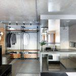 V kúpeľni je stenách aj podlahe rovnaký gresový obklad vo farbe betónu.