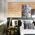 """Čaro tohto interiéru spočíva v kombinovaní jednoduchých materiálov s charakteristickými doplnkami a originálnymi prvkami. Farebný a materiálový základ vytvorili červené tehlové steny, podlahy z lešteného betónu v prirodzenej sivej farbe a čierne kovové konštrukcie. """"Tieto tri materiály definovali aj ostatné vybavenie, ktoré sleduje dané farebné tóny,"""" vysvetľuje architektka."""