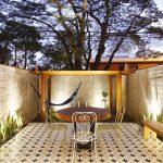 Záhrada (či skôr dvor patriaci k bytu) je rozdelená na dve časti – oblasť vymedzená dlažbou je určená na posedenie s priateľmi, zatrávnená časť s drevenou pergolou je ako stvorená na relaxáciu.