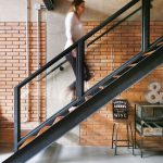 Schodisko s jednoduchou kovovou konštrukciou a drevenými stupňami ctí princípy loftového interiéru.