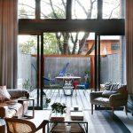 Obývačka v znamení pohody. Sedačka pri jednej stene a komoda s televízorom priamo oproti – zostava priam pozývajúca relaxovať.