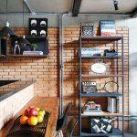 Jednoduchosť je charakteristickým znakom celého loftového konceptu. Napríklad prechod medzi obývačkou a kuchyňou tvorí barový pult – drevená polica s jednoduchou konštrukciou z čiernych kovových rúrok.