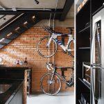 Dva bicykle vo vstupnej časti bytu pôsobia ako štýlová dekorácia, ich umiestnenie zároveň spĺňa požiadavku na funkčnosť. Keďže pre majiteľa je bicyklovanie obľúbený spôsob relaxu, navodzujú tiež pocit pohody po náročnom dni.