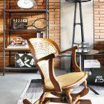 Ozdobné hojdacie kreslo v obývačke, ktoré ostro kontrastuje so svojím okolím, je dôležitým prvkom vnášajúcim do interiéru individualitu a svojskú pečať majiteľa.