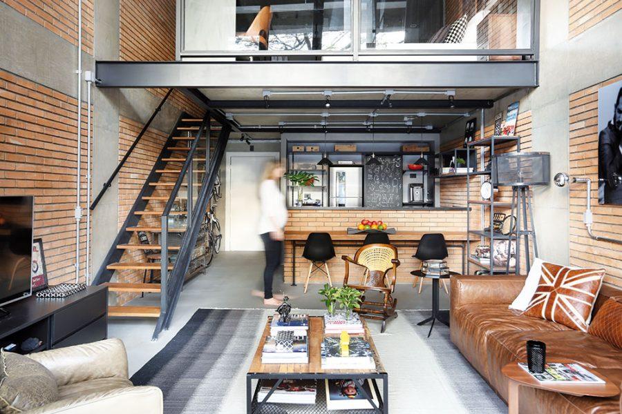 Interiér je inšpirovaný priemyselnou architektúrou a loftmi – štýlom bývania, ktorý pochádza New Yorku a sú preň typické vysoké a otvorené priestory, používanie betónu, neomietnutých tehál a viditeľných konštrukčných prvkov či rozvodov.