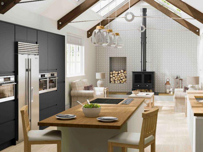 Kuchyňa v škandinávskom štýle lagom, drevený stôl, kozub, strešné okná