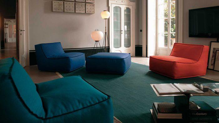 Obývačka v škandinávskom štýle lagom s farebnou sedačkou