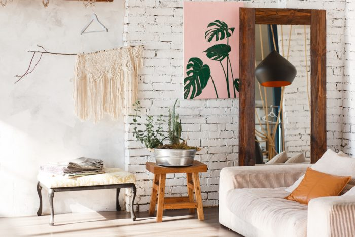 Interiér v štýle lagom, škandinávske umenie rovnováhy, sedačka, lícová tehla, zrkadlo