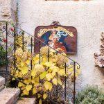 Schody historického domu s kovaným zábradlím s hotrtenziou