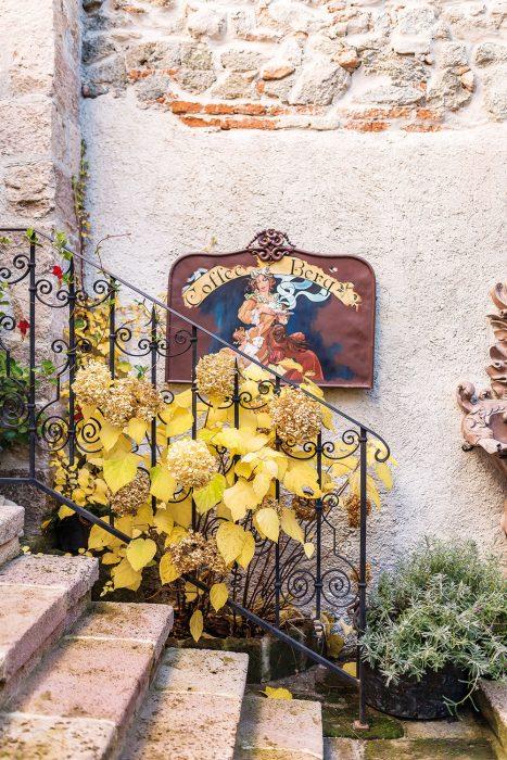 Schody rekonštruovaného historického domu s kovaným zábradlím a hortenziou