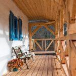 mlyn zrekonštruovaný na bývanie na samote pri Banskej Štiavnici, krytá terasa