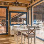 mlyn zrekonštruovaný na bývanie na samote pri Banskej Štiavnici,drevený interiér so stoličkami a stolom