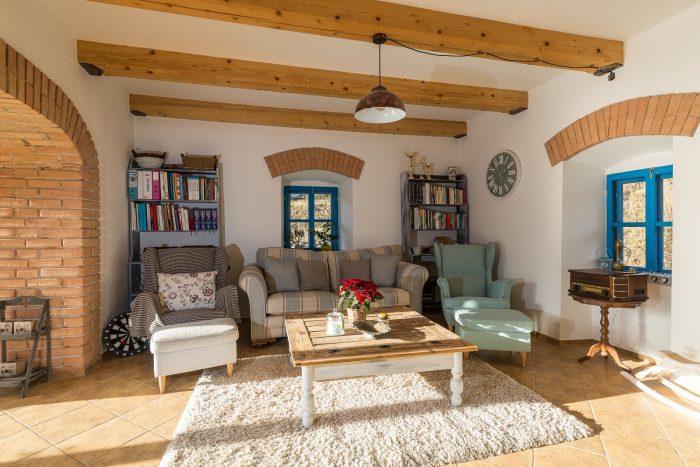 mlyn zrekonštruovaný na bývanie na samote pri Banskej Štiavnici, interiér obývačky