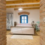 mlyn zrekonštruovaný na bývanie na samote pri Banskej Štiavnici, interiér spálne
