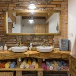 mlyn zrekonštruovaný na bývanie na samote pri Banskej Štiavnici,drevený interiér kúpeľne