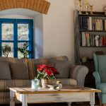 mlyn zrekonštruovaný na bývanie na samote pri Banskej Štiavnici, obývačka