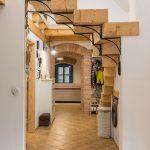 mlyn zrekonštruovaný na bývanie na samote pri Banskej Štiavnici, interiér so schodiskom