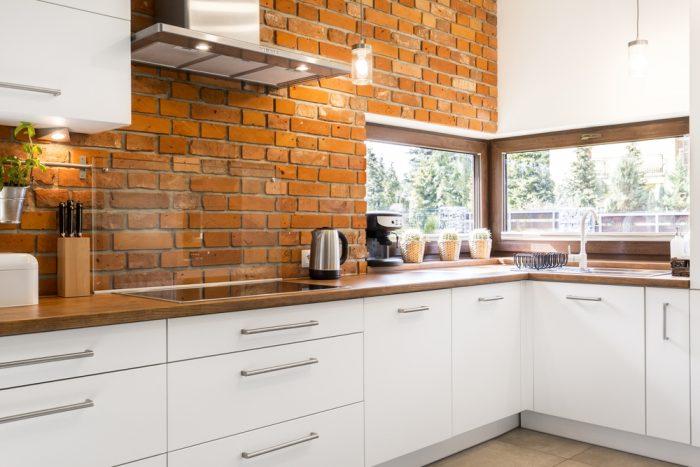 tehlová zástena v bielej modernej kuchyni