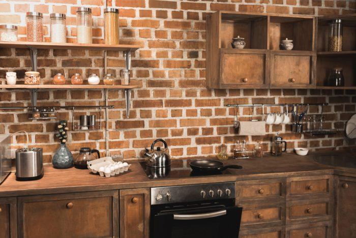 tehlová stena v rustikálnej kuchyni