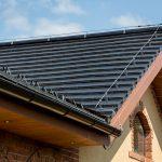Šikmá strecha rodinného domu, čierna keramická pálená krytina, engoba