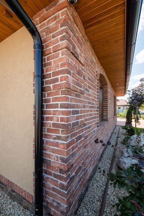 Lícová tehla na stene rodinného domu, bungalovu