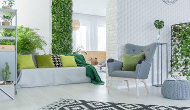 Interiér obývačky s bielou sedačkou, biellou podlahou a bielymi stenami