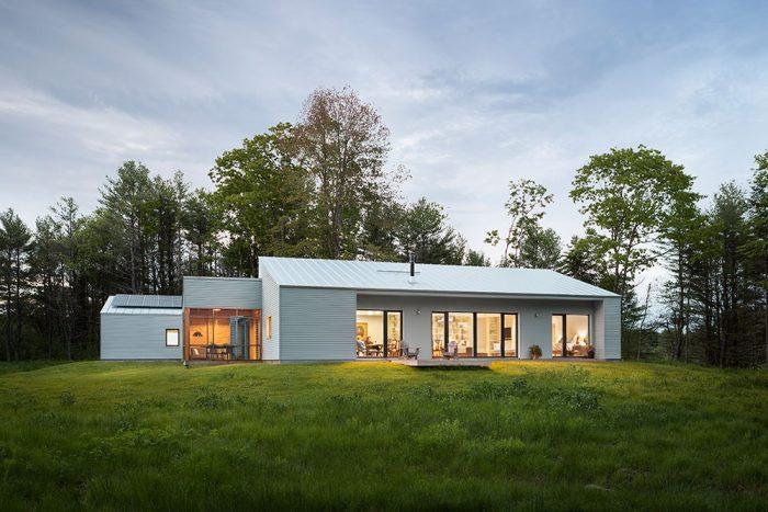 Moderný bungalov so sedlovou strechou v prírode