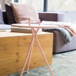 Obývacia izba so sedačkou a moderným stolčekom