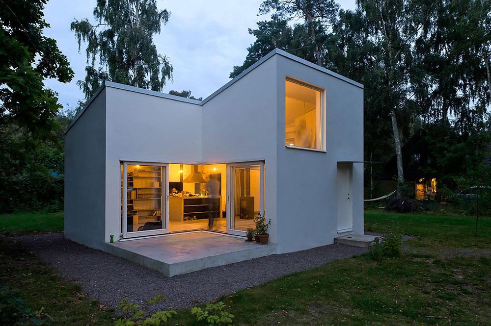 Moderný biely dom s plochou strechou, omietnutý