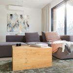 Obývacia izba so sedačkou a moderným konferenčným stolom