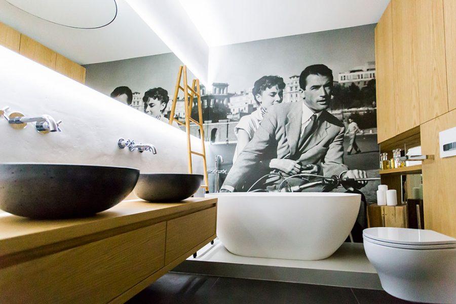 Atypické riešenie steny v kúpeľni – pútavá čiernobiela vodoodolná fototapeta s výjavom z filmu Prázdniny v Ríme