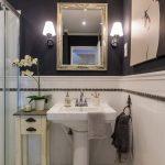 Kúpeľňa s umývadlom a zrkadlom