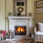 Biely kozub v rustikálnej obývačke